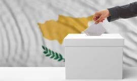 Zypern-Wahlen Wähler auf wellenartig bewegendem Flaggenhintergrund Zyperns Abbildung 3D Lizenzfreie Stockfotos