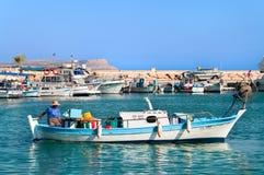 Zypriotischer Fischer im Bewegungsruderboot in Zypern Stockbild