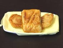 Zyskuje przychylność chuch i kulebiaka na naczyniu - smażący deser Obrazy Royalty Free