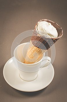 ice cream on a in a white cup/ice cream with cone in chocolate on a in a white cup