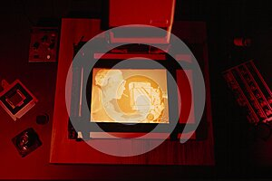 Print a negative film in the photographic darkroom