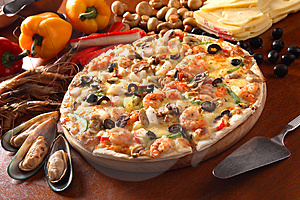 Pizza italiana con mariscos toping.