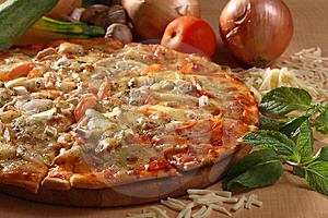 Pizza italiana de pollo con verduras toping.
