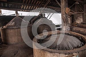 Leshan Qianwei Rochester town brewery workers are placed in the fermentation lees fermentation pond continues to ferment