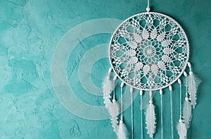 Blanco dream catcher en color turquesa con textura de fondo.