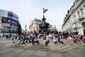 PICCADILLY CIRCUS London : June 06, 2014: People Enjoying The Sun Stock Photos - 42440803