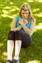 Fit Blonde Doing Sit Ups In The Park Royalty Free Stock Photography - 47376147