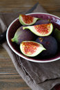 Ripe Figs In A Bowl On Linen Napkin Stock Photos - 47458173