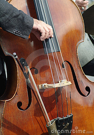 Double bass being plucked