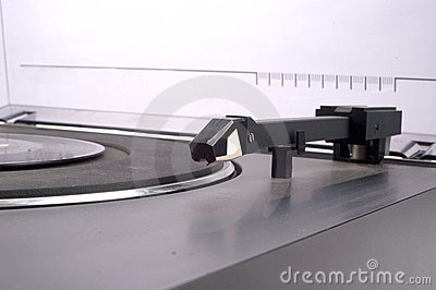 Linear tracking turntable