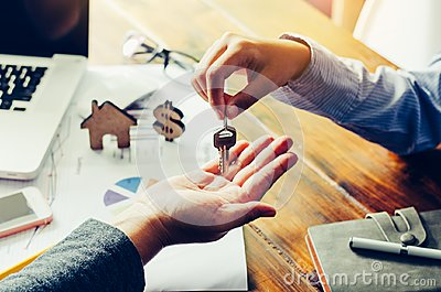Real estate  Real estate agents will give keys to tenants after the contract
