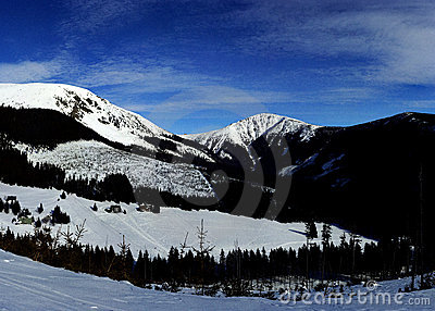 Sunny winter day in Giant mountains (panoram)