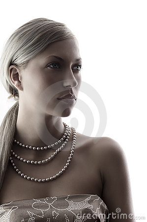 Lady with pearl