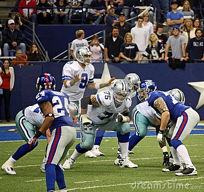 Cowboys Giants Romo Waiting for Snap