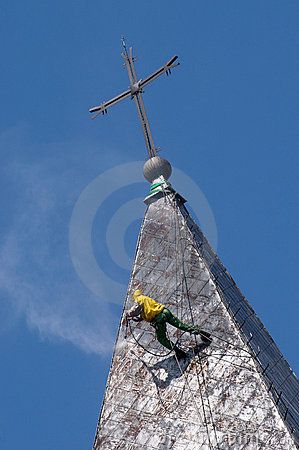 Alpinist cleans church roof