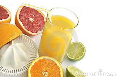 Juicer with slices of citruses and fresh juice.