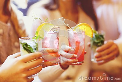stock image of young men and women drinking cocktail at party