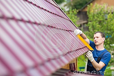 Master on repair of roofs makes measurements tool