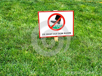 DO NOT WALK ON LAWNS. Please keep off the grass sign in German language.
