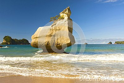 Rock formations and fine sandy beach at Cathedral Cove on the Coromandel Peninsula in New Zealand, North Island.