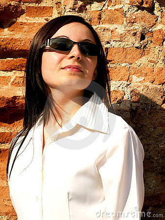 Woman with sunglasses looking to the future2
