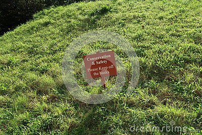 Please keep off the grass banks sign.