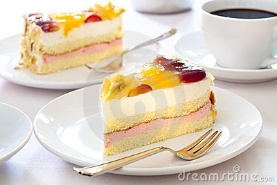 Cream cake with fruits