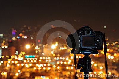 Take night photos with camera and tripod