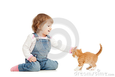 Kid girl playing wit cat