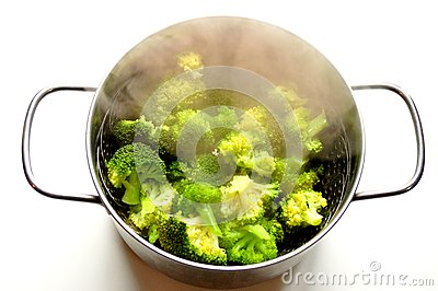 Steaming broccoli in an inox pot