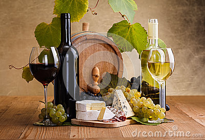 Red wine with cheese and white grape snack