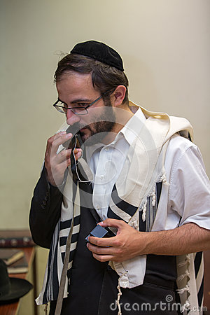Orthodox cleans the place of tefillin after prayers
