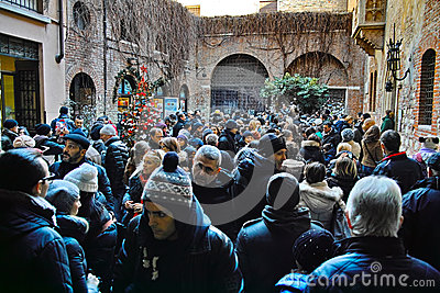 Crowded courtyard at House of Juliet