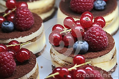 Cakes with cream and berries