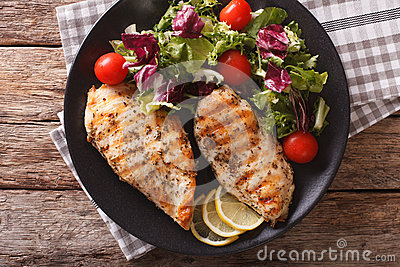 Grilled chicken breast with salad of chicory, tomatoes and lettu