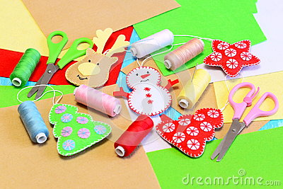 Christmas tree ornaments diy. Felt Christmas tree, star, snowman, reindeer diy, colored thread, felt sheets, needles, scissors