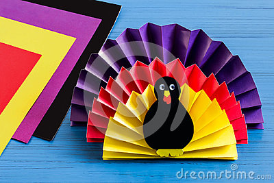 Making souvenir by Thanksgiving: turkey made of paper. Step 9