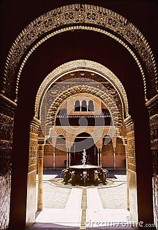 执行的庭院装饰的著名充分的格拉纳达已知的狮子宫殿柱子很好查看.图片
