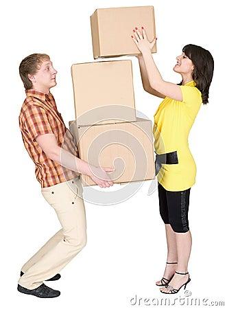 把纸板女孩负荷人装箱