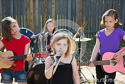 唱歌白肤金发的孩子歌手的女孩演奏在后院音乐会的
