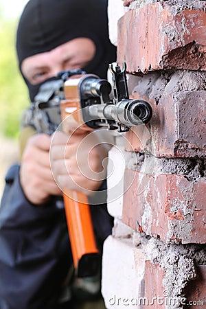 黑人枪屏蔽恐怖分子 图库摄影图片