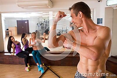 健身房训练的运动员与女孩