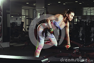 健身房锻炼的健身年轻性感的女孩