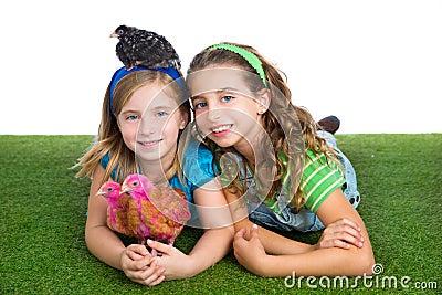 交配动物者母鸡哄骗姐妹获得农夫的女孩与鸡池氏的