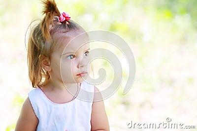 平静可爱的小女孩和仍然