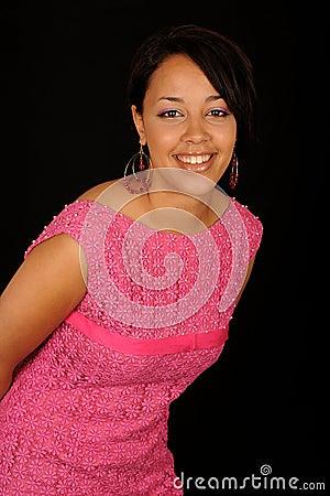 非洲裔美国人的背景美丽的黑人礼服女孩查出在桃红色 竖
