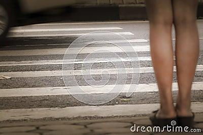 À travers la rue sur le passage piéton.
