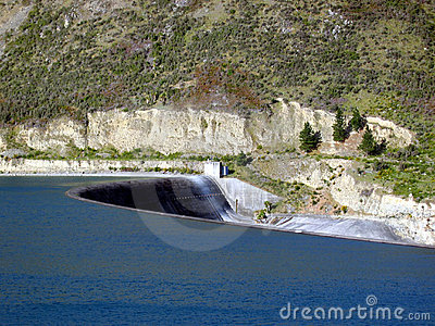 Água da represa que flui calma