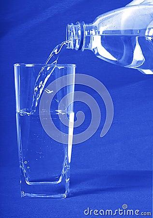 A água derramou dentro um vidro