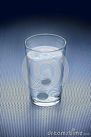 Água do vidro do anti-ácido da aspirina